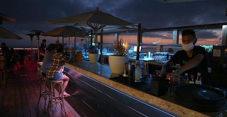 http://www.rooftoplagunabeach.com/assets/media/oceanfront dining laguna beach